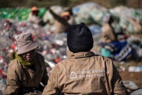 Reciclaje de botellas coca cola y de la competencia para lograr el objetivo un mundo sin residuos