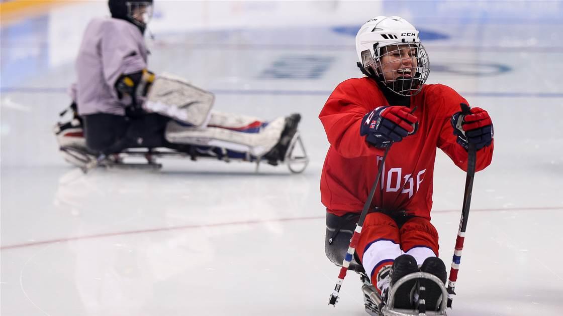 Mujer triunfa en el equipo de hockey varonil