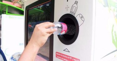 Esta máquina intercambia botellas y latas por pasaje para el Metro