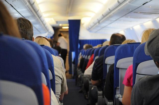 ¿Reciclan las aerolíneas las mantas y los audífonos