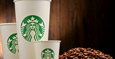 Starbucks se compromete a pagar estudios de dos hombres arrestados, por racismo