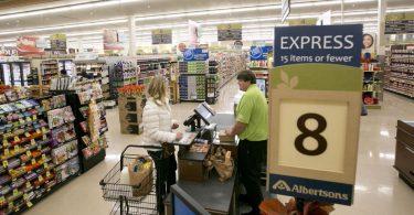 Tienda prohíbe a sus empleados latinos hablar español