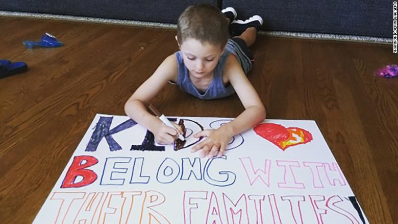 El niño que recaudó miles de dólares a favor de las familias separadas