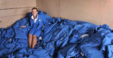 Qué aerolínea recicla los uniformes de sus sobrecargos para hacer alfombras