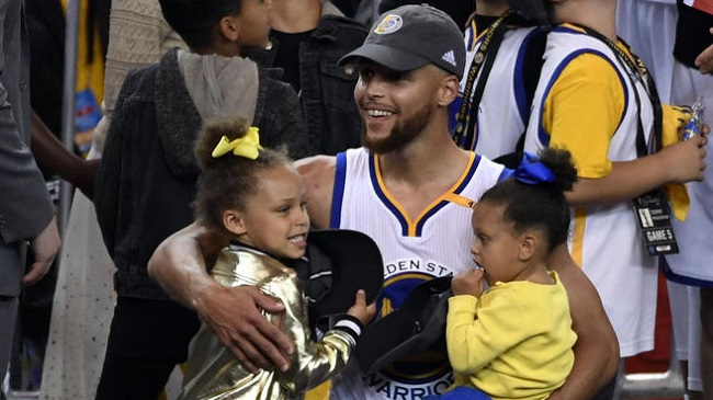Curry con sus dos hijas luchando por equidad
