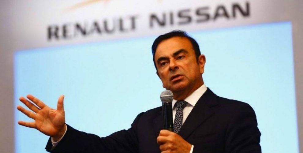 Se derrapa y estrella Renault ante el arresto de su presidente