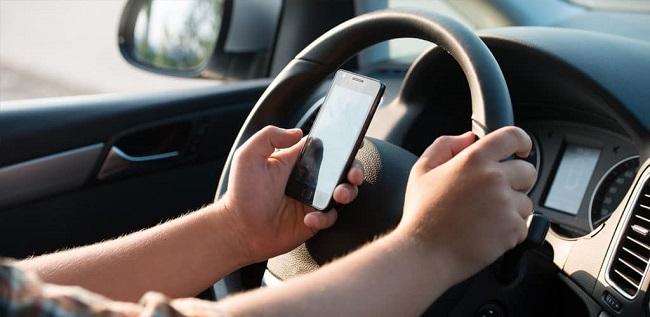 Peores hábitos al manejar 1. Usar el teléfono celular mientras manejas