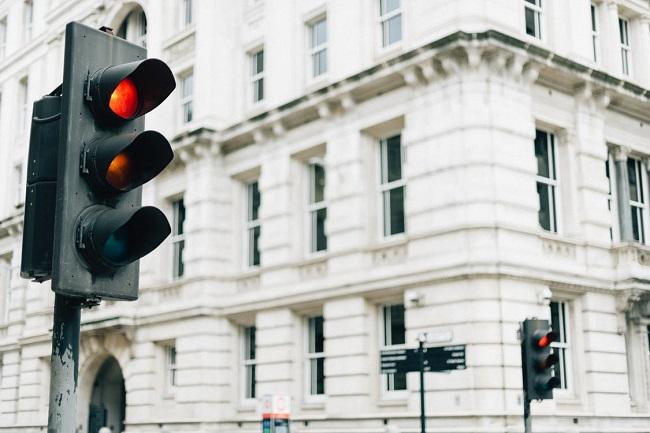 Peores hábitos al manejar no respetar las luces amarillas