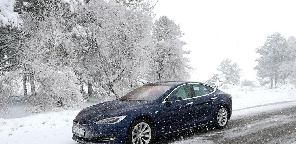 Frenos de emergencia de Tesla salvan a conductor de una colisión helada