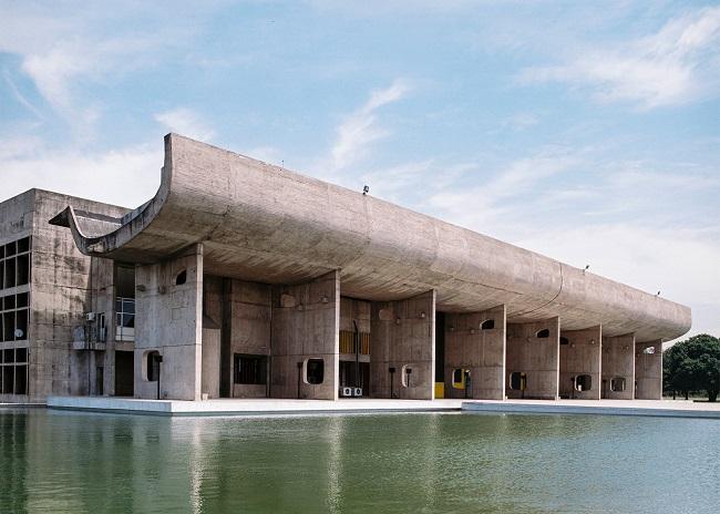 Le Corbusier famoso arquitecto suizo-francés concibió la ciudad como un cuerpo humano con todas estas funciones, desde la cabeza hasta el corazón, los pulmones, el intelecto, el sistema circulatorio y las industrias.