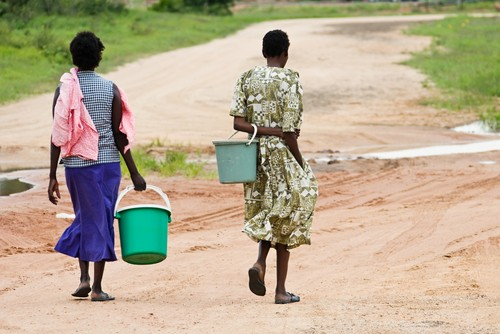 Formas en que los problemas del agua y equidad exacerban para los grupos vulnerables
