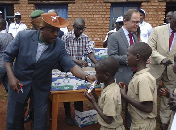 2. TetraPak trabaja por la nutrición en el mundo con un nuevo programa para mejorar la nutrición infantil y la asistencia escolar en Burundi