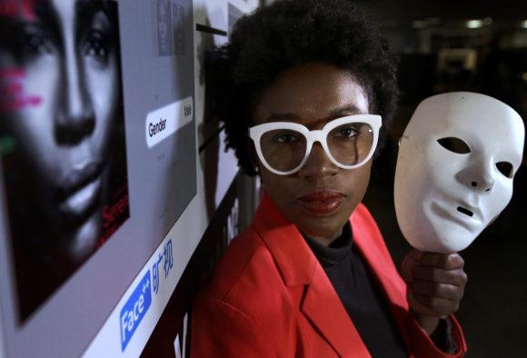 Los expertos dicen que el sesgo en IA y las disparidades más amplias dentro del campo de la programación no son nuevas: apuntan a una herramienta de contratación sexualmente inadvertida desarrollada por Amazon y la tecnología de reconocimiento facial que identifica erróneamente las caras negras como ejemplos.