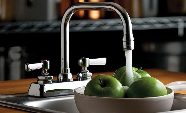 Asegurarse de no abrir el grifo mientras limpias las frutas y verduras. Es mejor lavarlos en un fregadero lleno o recipiente.