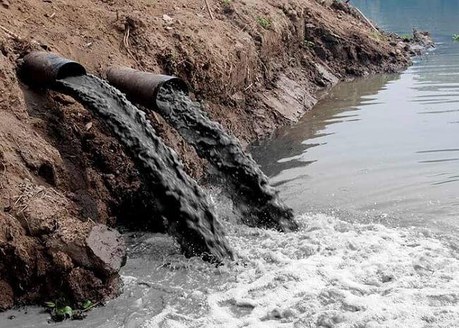 En algunas zonas del mundo, el acceso al agua es limitado debido a la contaminación.