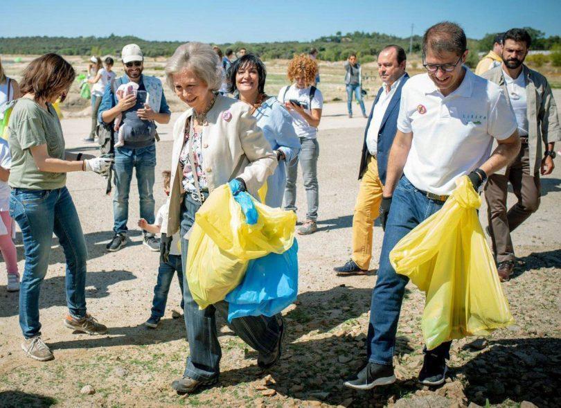 Reina Sofía levanta basura