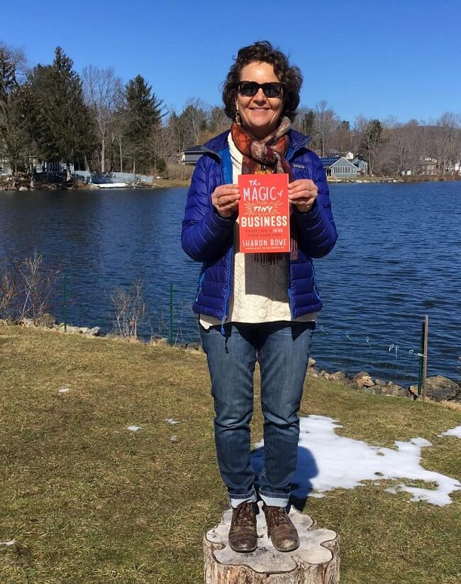Sharon Rowe, CEO y fundadora de ECOBAGS y autora de The Magic of Tiny Business, adopta un enfoque similar cuando se trata de redefinir el éxito en los negocios.