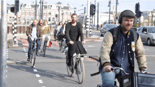 Para 2025, Ámsterdam eliminará más de 11,000 espacios de estacionamiento del centro de la ciudad y los reemplazará con estacionamiento para bicicletas, aceras y árboles.