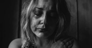 Mujer llorando. EVA la herramienta utilizada para el entendimiento del acoso y violencia de género en México