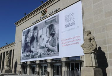 Nestlé asegura que continuará produciendo y entregando; y se alía con la Cruz Roja