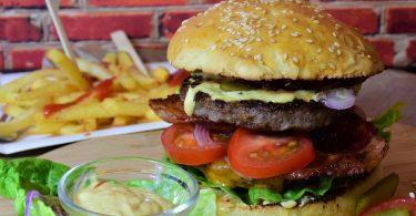 Hamburguesa. Consumir 70% menos carne a 2030 propone Greenpeace, por dos razones