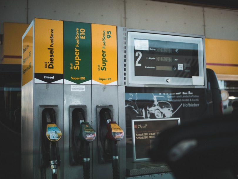 Gasolineria. ¿Debieran tener las gasolinas leyendas de advertencia por cambio climático?