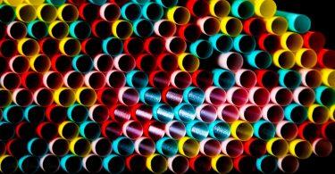 Posponen en Reino Unido la prohibición de popotes plásticos