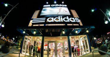 Tienda. adidas promete contratar latinos y raza negra para al menos 30% de su nueva plantilla