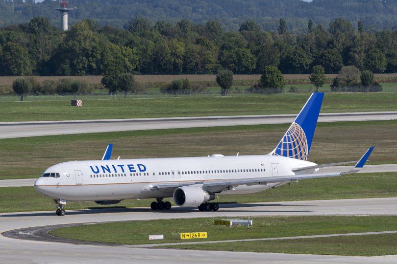 Avión. Pasajeros que no respeten reglas en nueva normalidad podrán ser restringidos de viajar: United Airlines