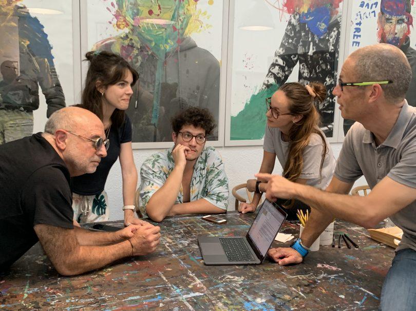 Alexis Diaz, José María Batalla y Jordi Guix con parte del equipo de La Casa de Carlota & friends