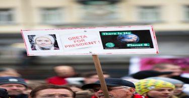 Cartel. Greta Thunberg donará 1 millón de euros a causas ambientales y sociales
