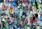 Enzima come plástico elimina botellas seis veces más rápido