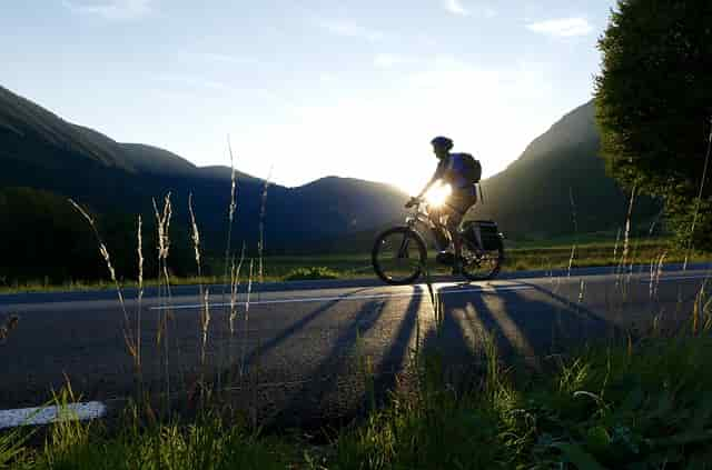 Ciclista.Harley-Davidson se sube en bici eléctrica a la sustentabilidad