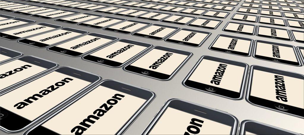 Debida diligencia Amazon demanda a influencers por vender falsos artículos de lujo