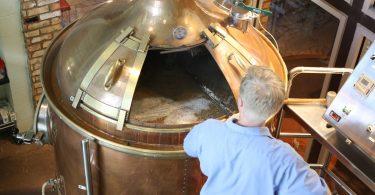 Solución sustentable, la empresa que transformó cerveza en ginebra