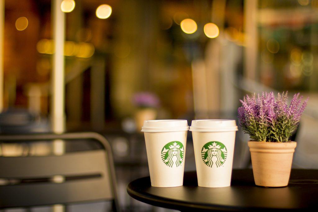 Los planes de Starbucks y Apple en inclusión