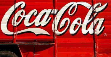 Logo. Lanzan botella de Coca-Cola 100% reciclada