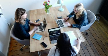 Romper el techo de cristal: 3 formas en que las empresas pueden ayudar