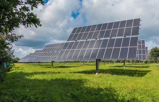 características de una escuela sustentable y páneles solares