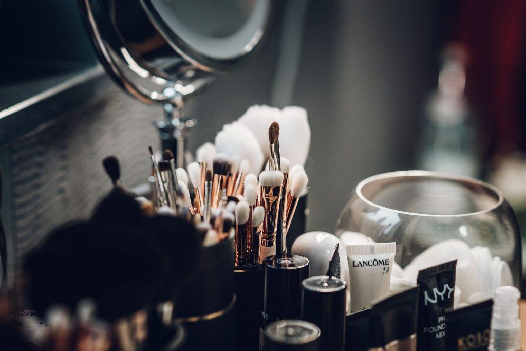 Impacto ambiental del maquillaje: Estas marcas deciden transparentarlo