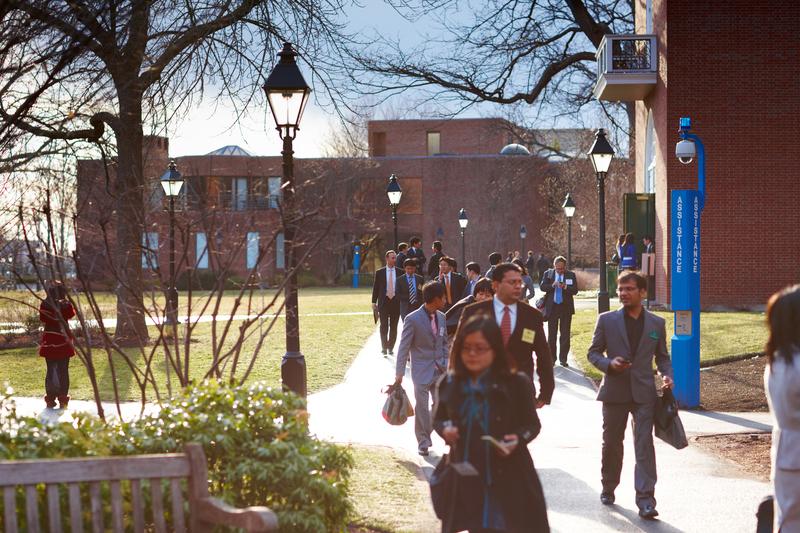 Tras años de protestas estudiantiles, Harvard retira inversión en combustibles fósiles